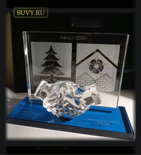 Креативный подарок с рукопожатием партнерам по бизнесу.