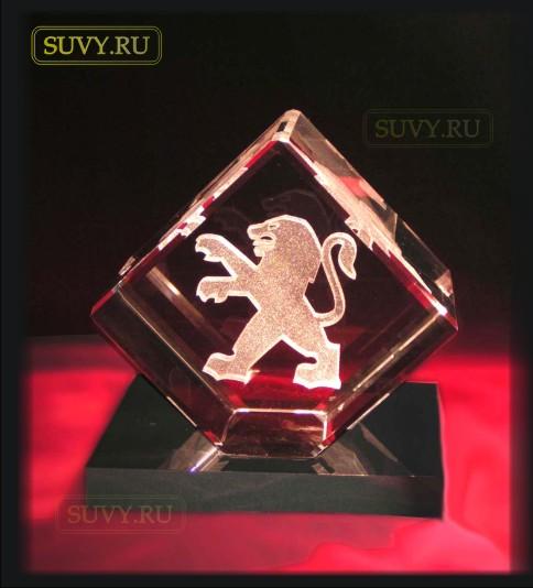 """Корпоративный подарок """"Куб из стекла с логотипом PEUGEOT"""""""
