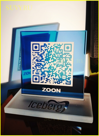 Эксклюзивная настольная табличка из синего стекла с QR-кодом.