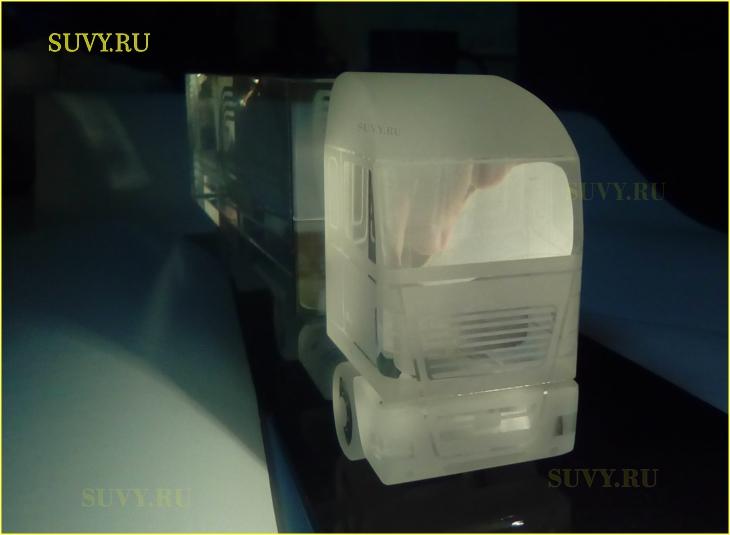Сувенирный грузовик из стекла